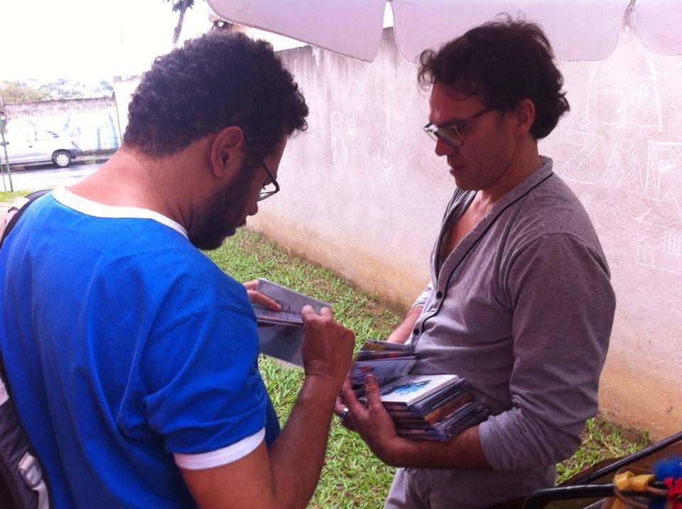 O músico Sandro Costa veio animando e tocando durante a deriva pela cidade e ao chegar na ZAP 18 recebeu alguns CDs de músicos uberlandenses.